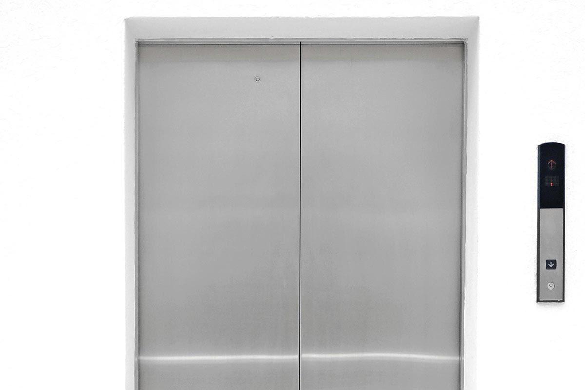 Explications : pourquoi les portes d'ascenseurs ont-elles de petits trous?