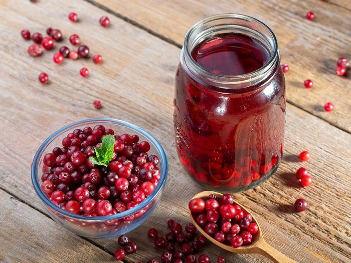 Le jus de canneberge peut vous aider à baisser votre taux de cholestérol.