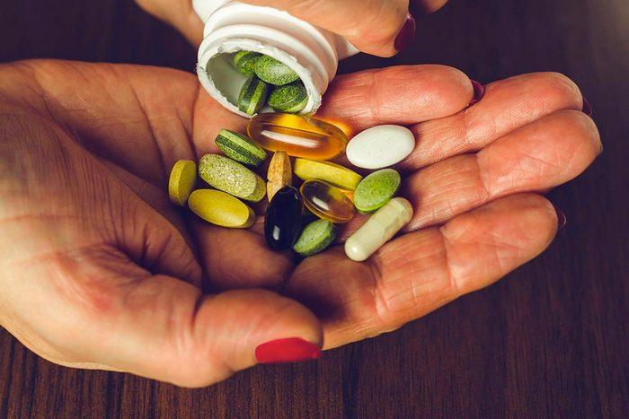 Une femme de 50 ans et plus doit peut-être changer ses multi-vitamines.
