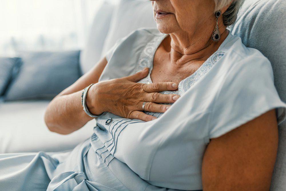Une femme de 50 ans et plus doit appeler rapidement le 911 en cas de douleur à la poitrine.