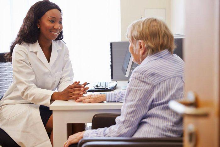 Une femme de 50 ans et plus peut avoir besoin d'hormonothérapie.
