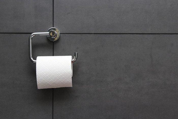 Une femme de 50 ans et plus peut souffrir d'incontinence urinaire.