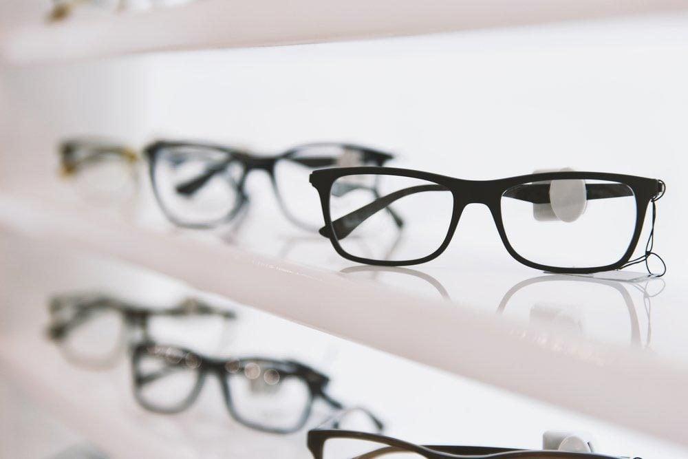 Une femme de 50 ans et plus peut envisager d'acheter des lunettes de lecture.