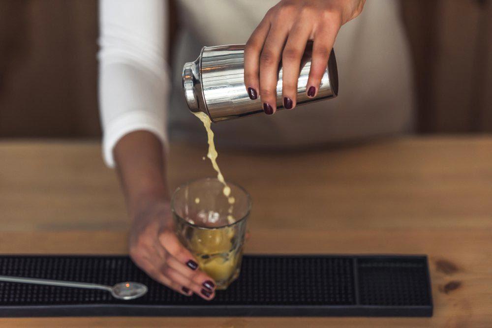 Une femme de 50 ans et plus doit limiter sa consommation d'alcool.