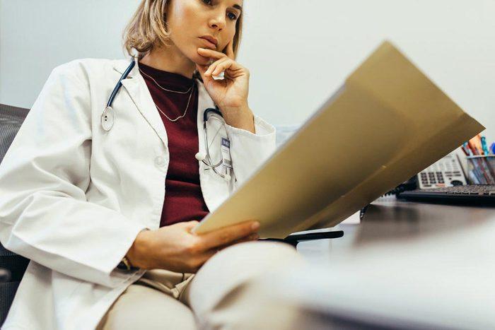 Une femme de 50 ans et plus a plus de chance de survivre à une crise cardiaque si le médecin est une femme.