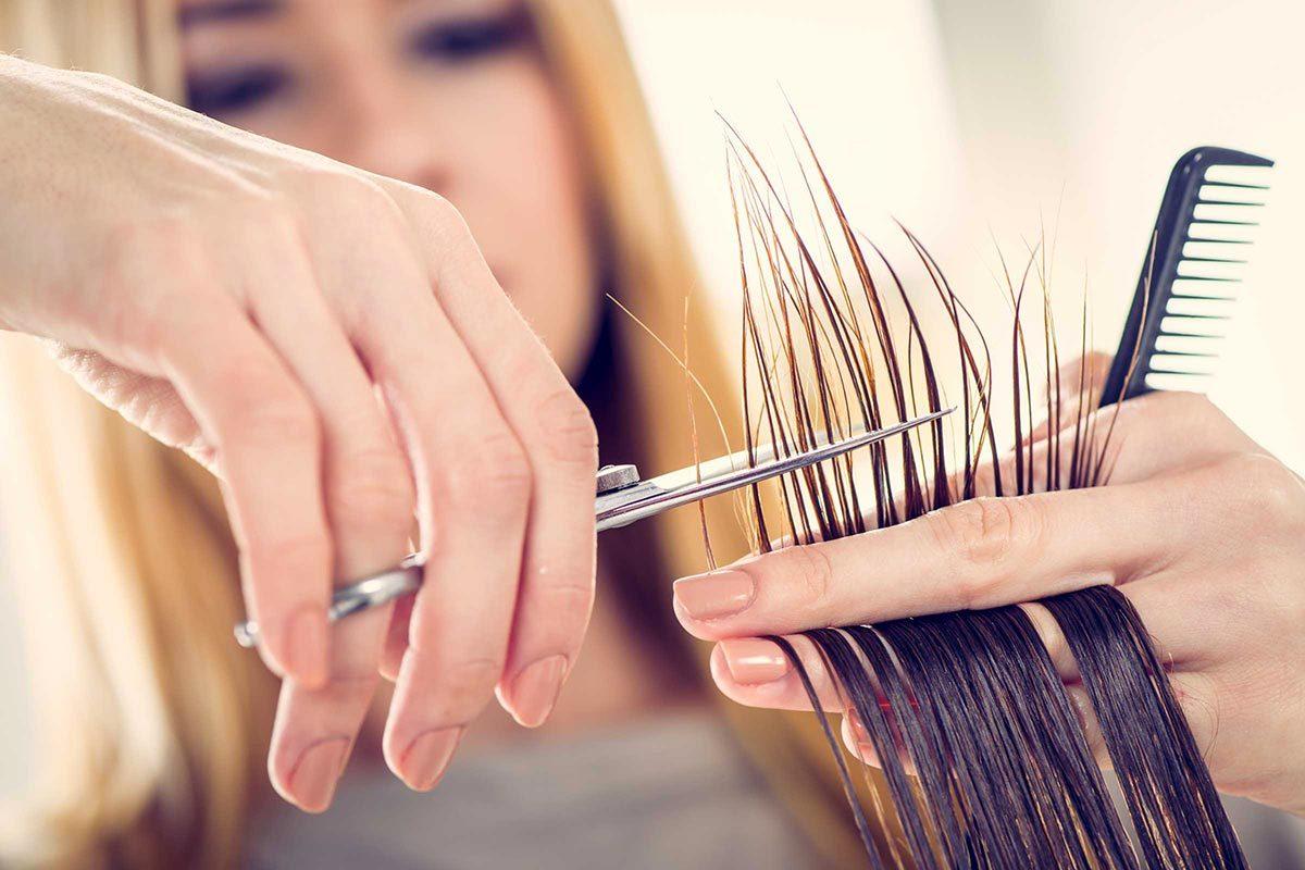 Les cheveux fins doivent souvent être coupés.