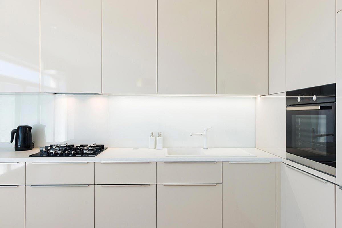 Grand ménage du printemps : nettoyez les armoires de la cuisine.