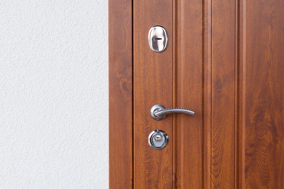Grand ménage du printemps : nettoyez les cadres des portes.