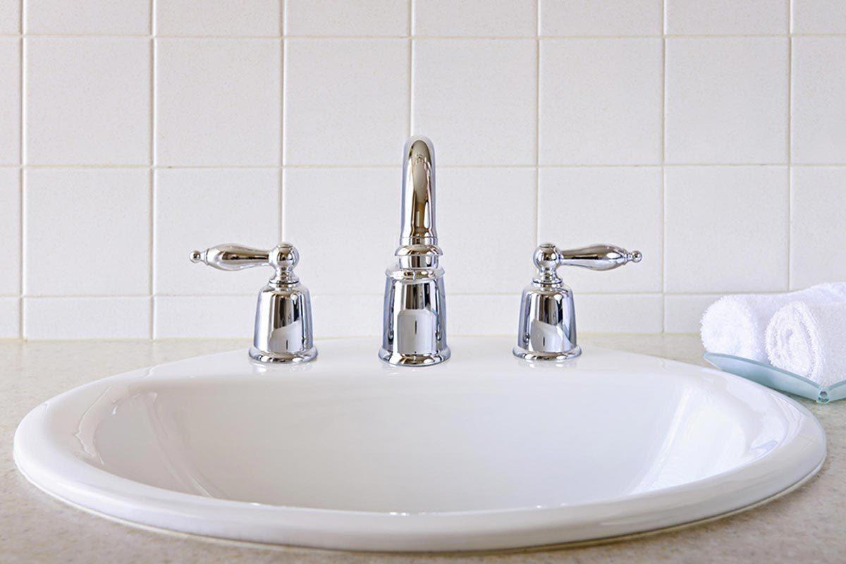 Grand ménage du printemps : nettoyez l'évier et le lavabo.
