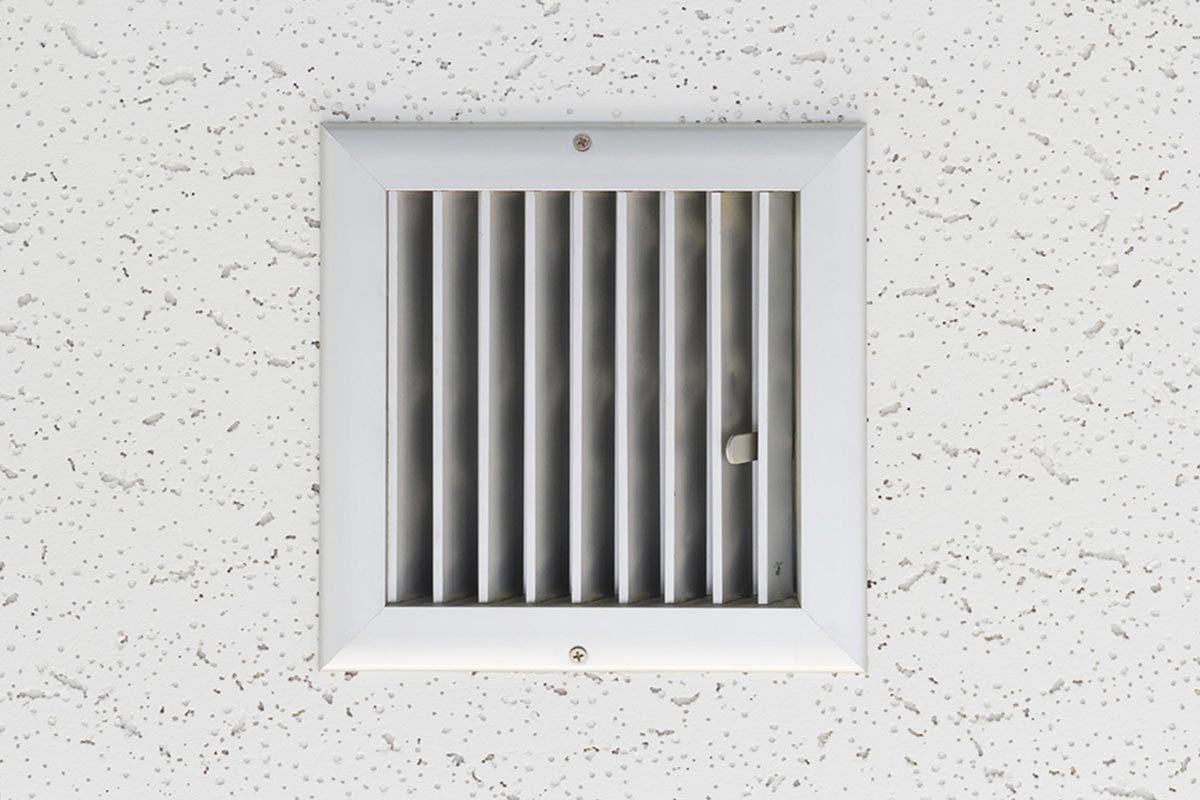Grand ménage du printemps : nettoyez la grille du ventilateur de la salle de bain.