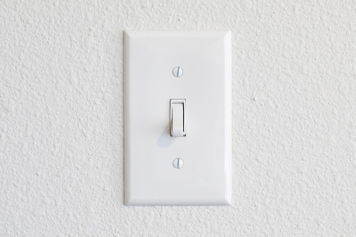 Grand ménage du printemps : nettoyez les plaques des interrupteurs.
