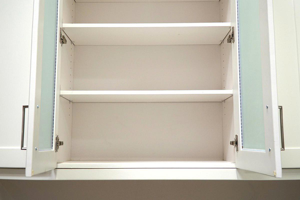 Grand ménage du printemps : nettoyez les tablettes de l'armoire à pharmacie.