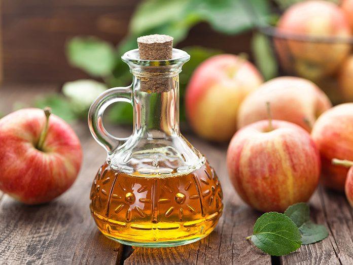 Les bienfaits du vinaigre de cidre: il apaise les troubles digestifs.