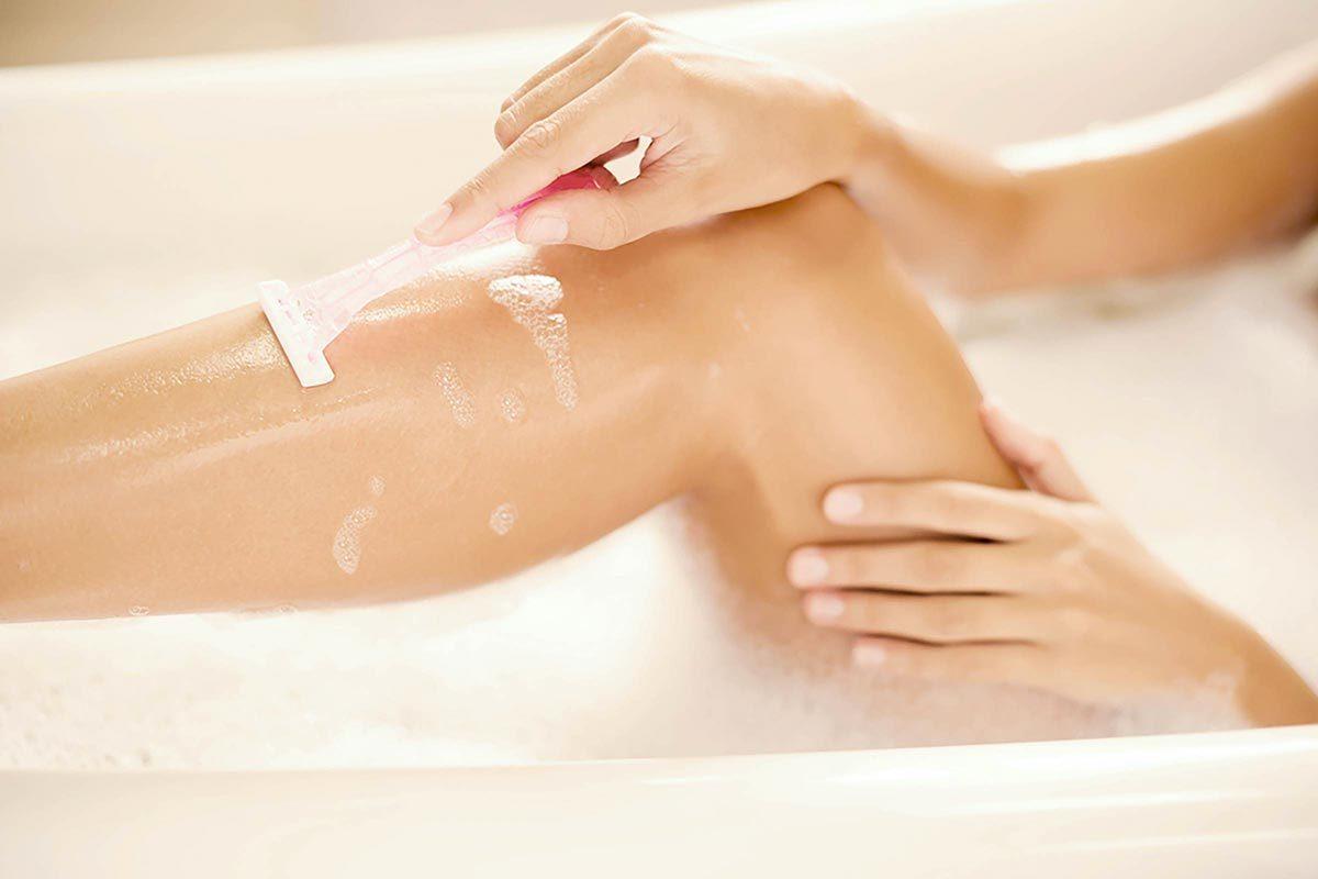 Les bienfaits du vinaigre de cidre pour soigner l'irritation du rasoir.