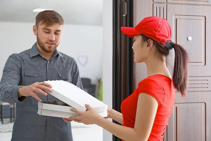 Livraison pizza à domicile : le laissez pas attendre le livreur à la porte.