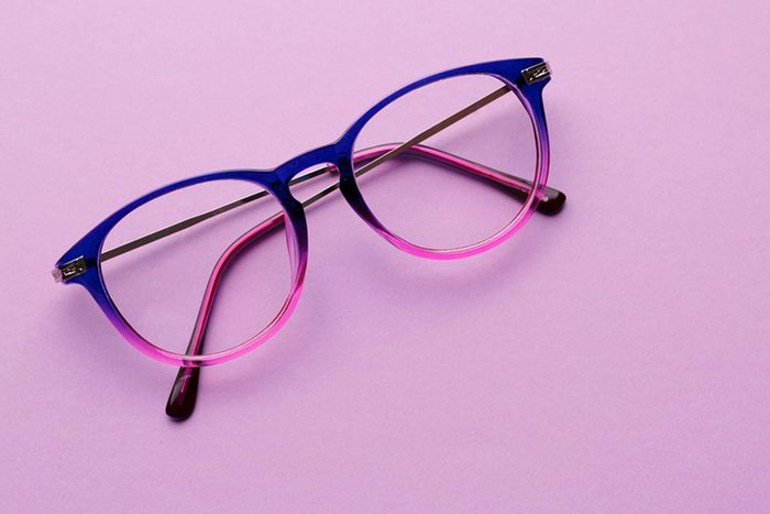 Dans un magasin à 1$, achetez vos lunettes de lecture.