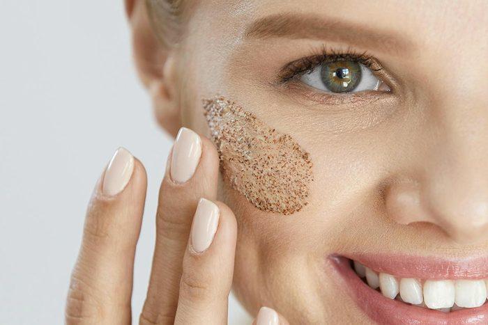 Produit de maquillage toxique : Microbilles