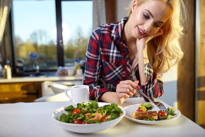 Maux d'estomac : mangez lentement.