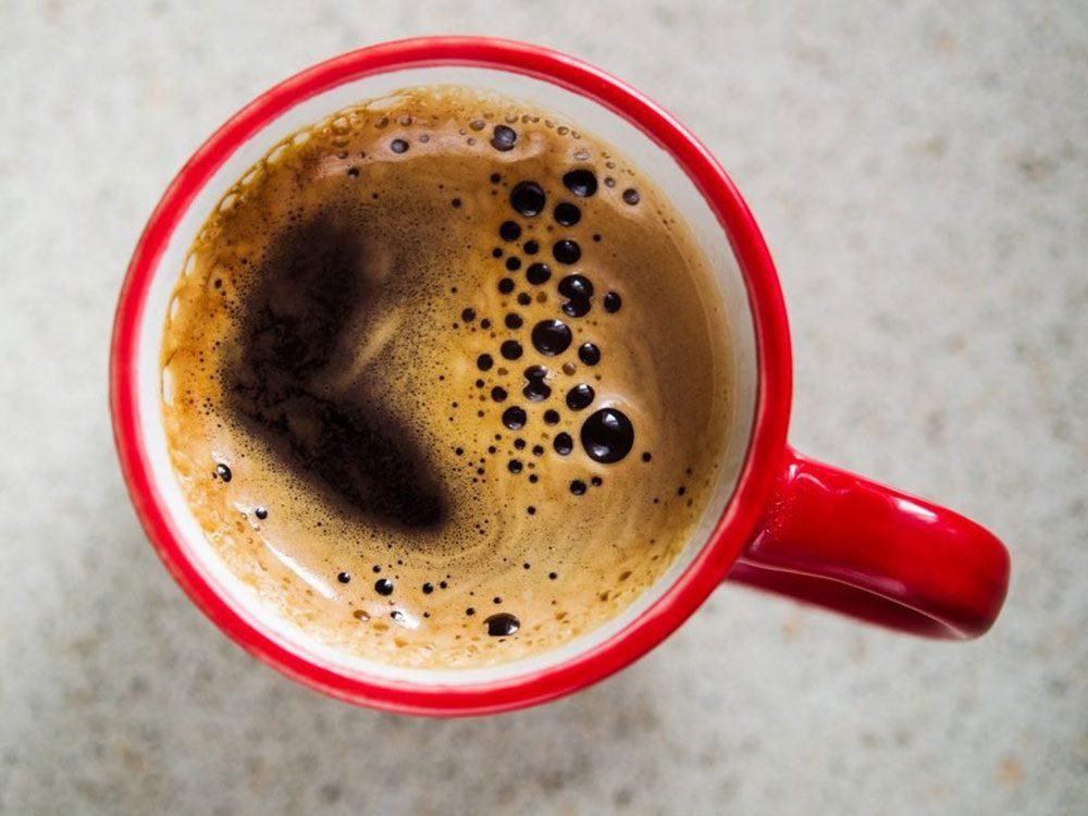 Ne pas boire de café avant un test de tension artérielle chez le médecin.