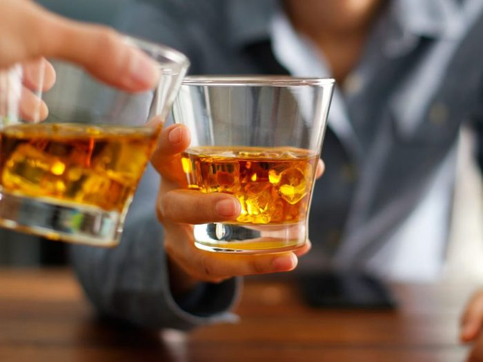 Ne pas boire de l'alcool avant un test de cholestérol chez le médecin.