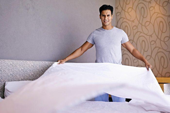 Pour mieux dormir, faites votre lit le matin.