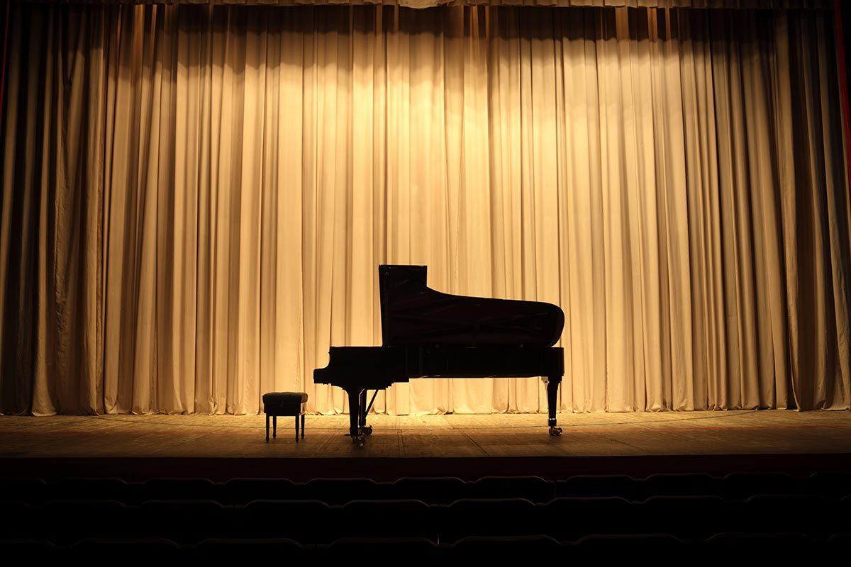 Le musicien Jean-Michel Blais donne des concerts à l'étranger.