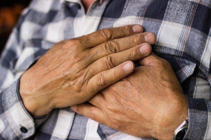 Les palpitations cardiaques peuvent signaler un problème si elles sont accompagnées de douleurs dans la poitrine.