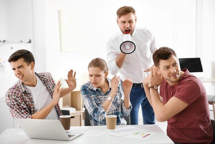 Perte d'audition : s'il est nécessaire d'élever la voix pour se faire entendre, le bruit environnant est trop fort.