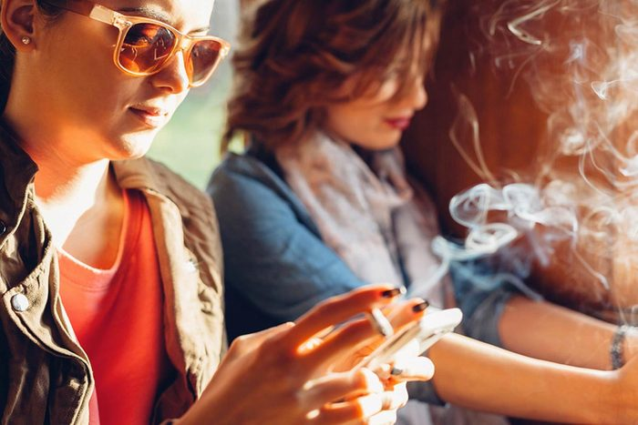 Protéger vos yeux en évitant la fumée.