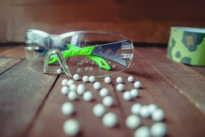 Protéger vos yeux en portant des lunettes de protection pour le sport.