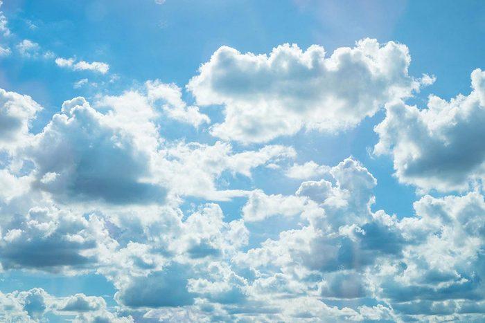 Protéger vos yeux en portant des lunettes de soleil même par temps nuageux.