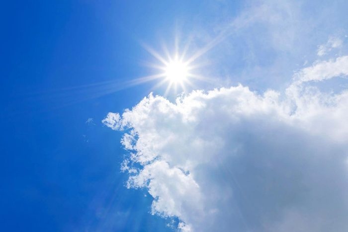 Protéger vos yeux en évitant de regarder le soleil.