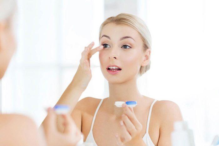 Protéger vos yeux en nettoyant vos verres de contact.