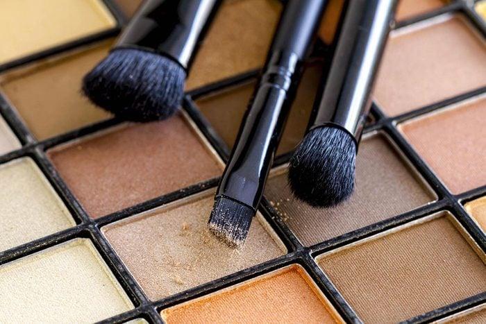Protéger vos yeux en évitant de partager votre maquillage.