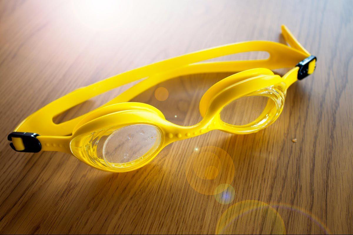 Protéger vos yeux en portant des lunettes de natation.