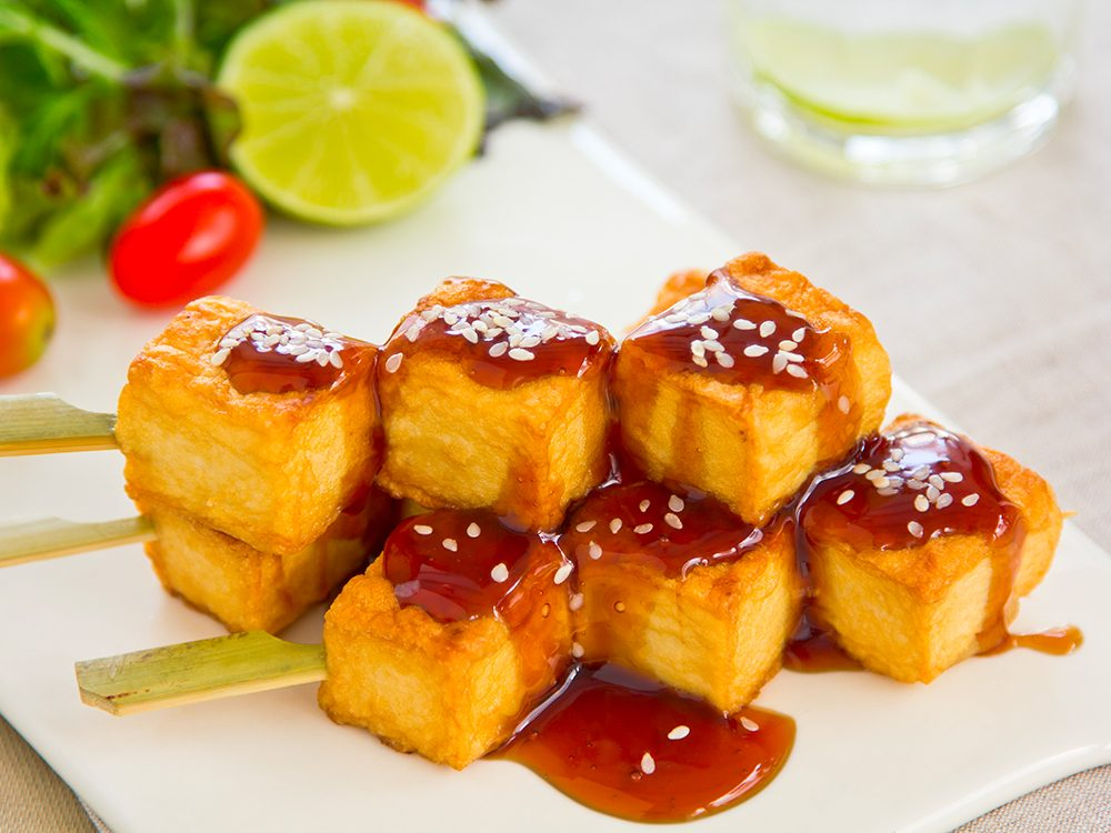 Recette végétarienne: brochettes de tofu et sate.