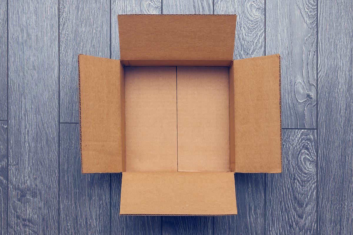 Recyclage maison : Ranger les articles de sport des enfants dans des boîtes de carton