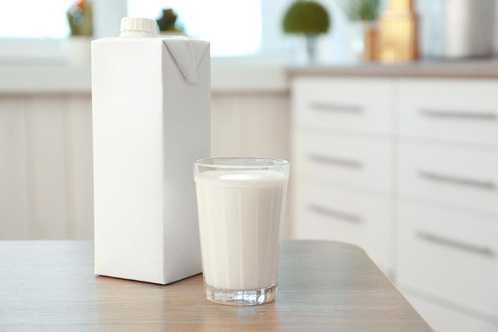 Recyclage maison : Jetez les restes d'aliments dans un carton de lait… et faites du compost