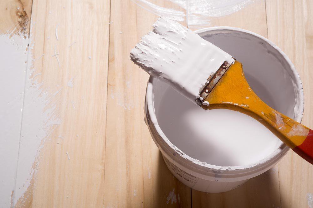 Recyclage maison : entreposer vos peintures dans des bouteilles de plastique