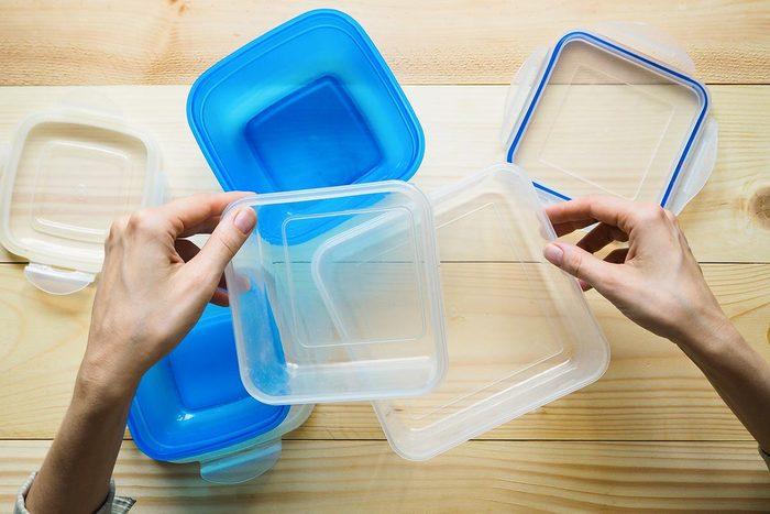 Recyclage maison : Garder le frigo propre avec des couvercles de plastique