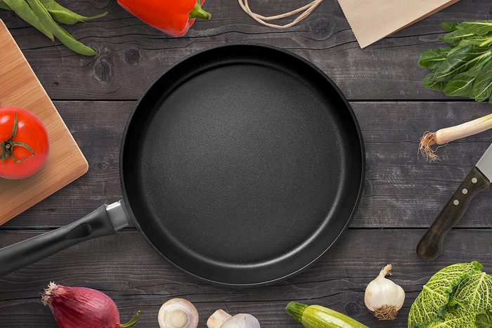 Recyclage maison : Gratter les casseroles antiadhésives avec un couvercle de plastique