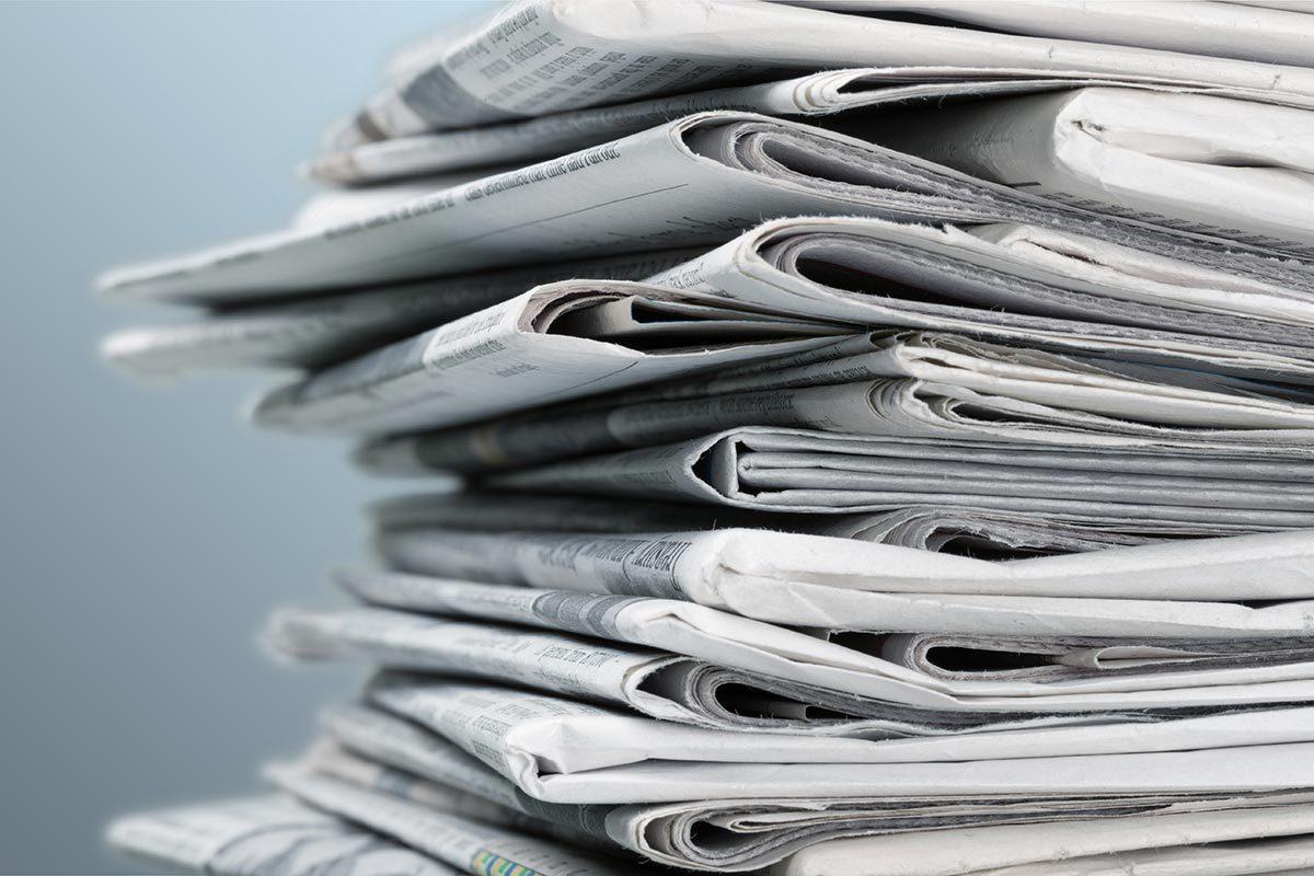 Recyclage maison : Sécher et faire briller les vitres avec du papier journal.