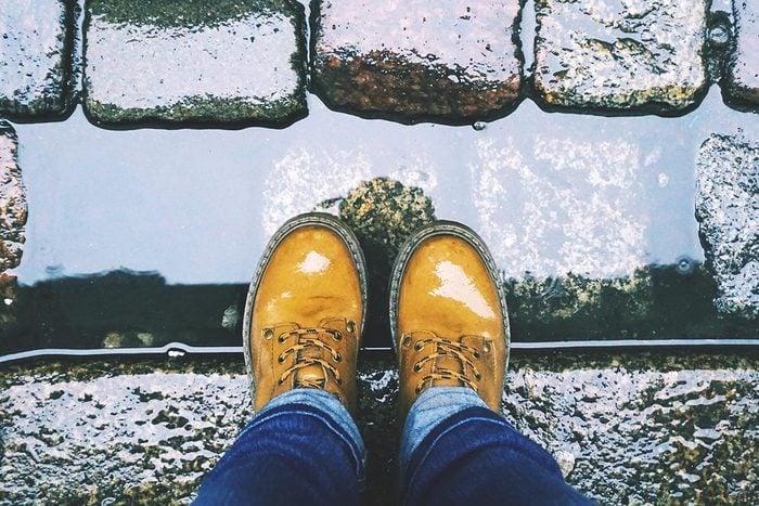 Recyclage maison : Faire sécher des chaussures avec du papier journal.