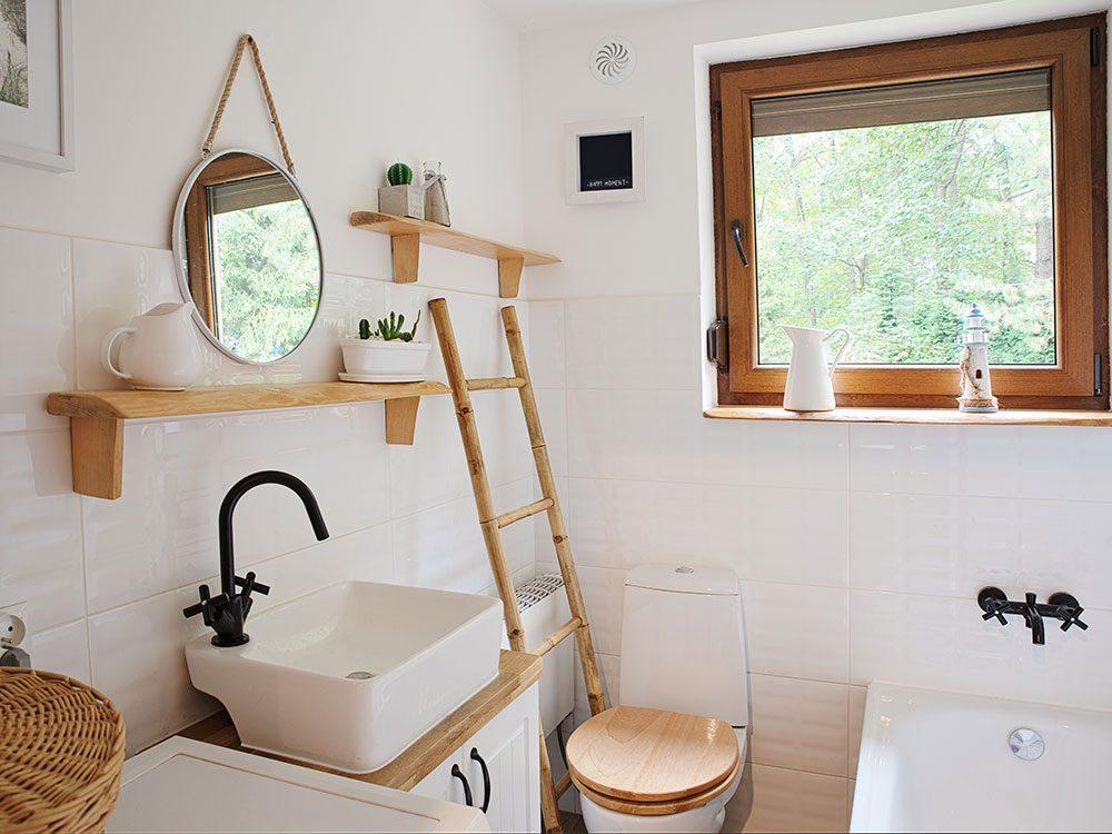 Rénover la salle de bain en ajoutant une échelle en bois pour les linges mouillés.