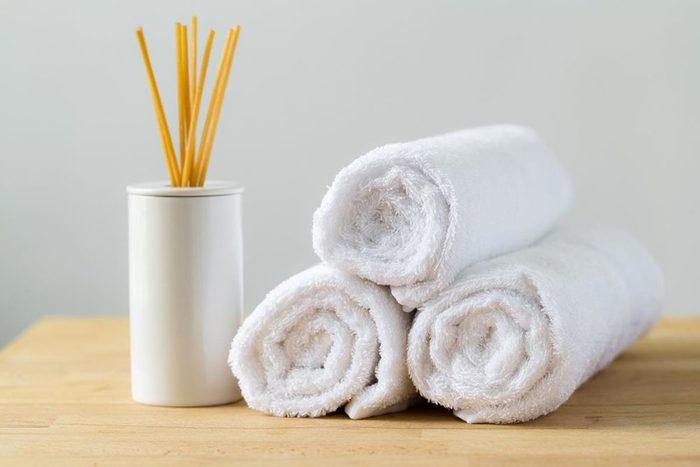 Rénover sa salle de bain : utilisez un support de bouteilles à vin pour vos serviettes de bain.