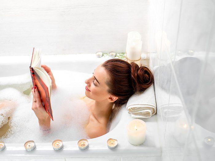 Rénover sa salle de bain avec un espace lecture.