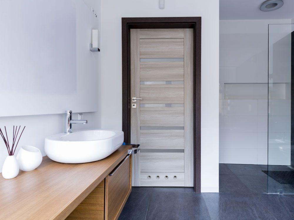 Rénover sa salle de bain en exploitant le dessus de porte.
