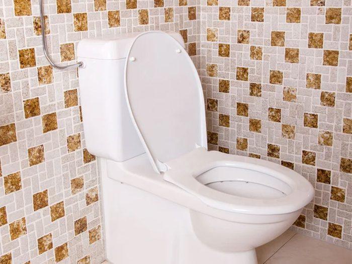 Rénover sa salle de bain en changeant les vieilles tuiles.