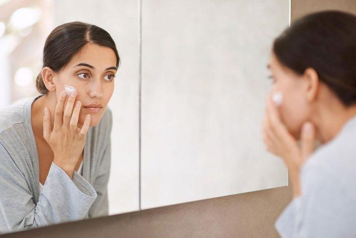 Soins de la peau : mettez toujours une crème contour des yeux.