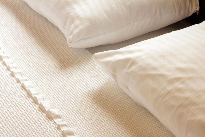Soins de la peau : dormez sur une taie d'oreiller de soie.